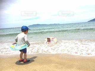 ビーチで遊ぶ姉弟の写真・画像素材[2953630]