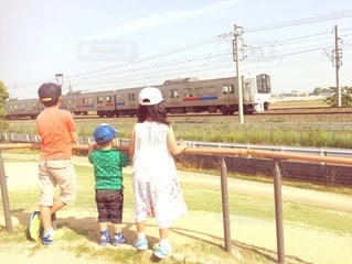 電車を眺める3人きょうだいの写真・画像素材[2953632]