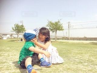 公園で遊ぶ姉弟の写真・画像素材[2953637]