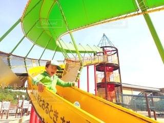 滑り台で遊ぶ男の子の写真・画像素材[2954816]
