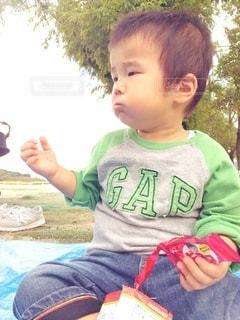 おやつを食べる少年の写真・画像素材[2987326]