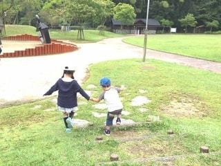 手を繋いで走る姉弟の後ろ姿の写真・画像素材[2995739]