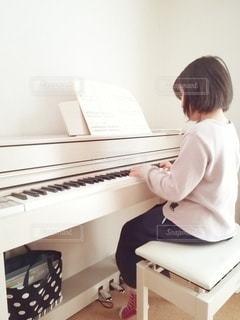 ピアノの練習をする小学生の写真・画像素材[3067187]