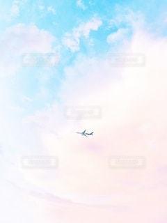 空を飛んでいる飛行機の写真・画像素材[3256598]