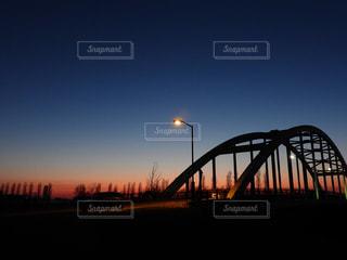 水の体に架かる橋の写真・画像素材[2101360]