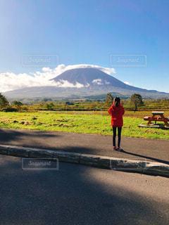 羊蹄山を撮影している娘の姿を撮る母の写真・画像素材[2918953]
