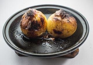 玉ねぎの黒焼き(地獄焼き)の写真・画像素材[3722402]