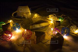 ほの暗くライティングされた食卓の写真・画像素材[3738073]
