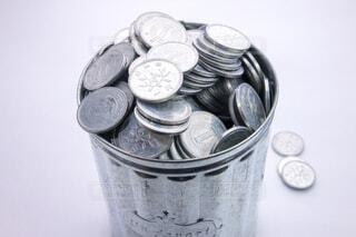 ゴミ箱の中の一円玉の写真・画像素材[3745543]