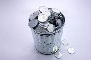 ゴミ箱の中の一円玉の写真・画像素材[3745547]