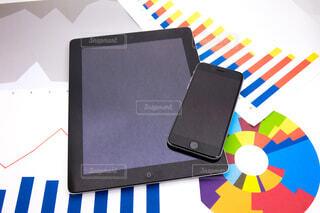 ビジネスイメージ タブレットとグラフと携帯電話の写真・画像素材[3791760]