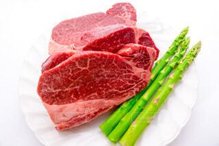 牛フィレ肉とアスパラガスの写真・画像素材[3812004]