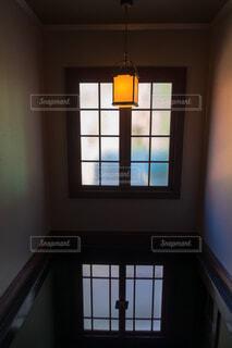 レトロな洋館の窓と白熱灯の写真・画像素材[3816990]