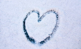 雪に描いたハートマークの写真・画像素材[3832515]