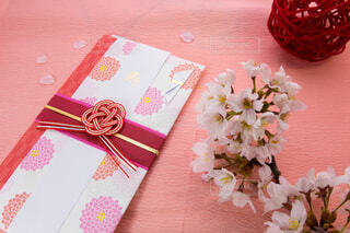 祝儀袋と桜の花の写真・画像素材[3838952]