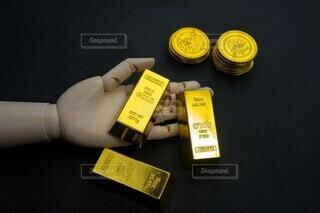 金塊を持つ手の写真・画像素材[3895993]