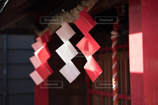 紅白の紙垂の写真・画像素材[3991854]