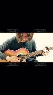 ギターを20年ぶりに始めました。の写真・画像素材[3111520]