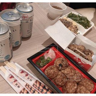 テーブルの上に異なる種類の食べ物で満たされた箱の写真・画像素材[2944936]