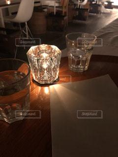 テーブルの上のコップ一杯の水の写真・画像素材[2956844]