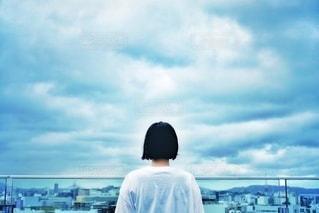 女子と曇り空の写真・画像素材[3443923]