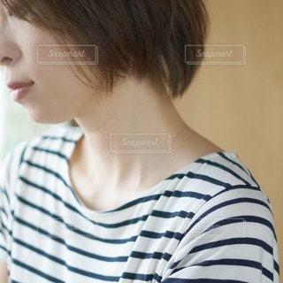 ストライプのシャツを着た人の写真・画像素材[2927098]
