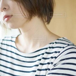 ストライプのシャツを着た人の写真・画像素材[2927099]
