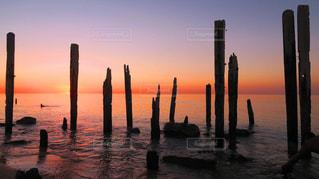 水の体に沈む夕日の写真・画像素材[1796097]