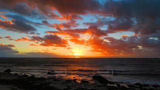 ビーチに沈む夕日の写真・画像素材[1796099]