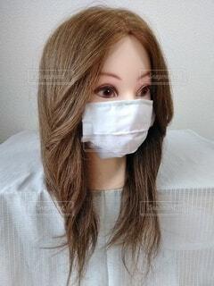 マスクのお姉さん、ななめの写真・画像素材[3690590]