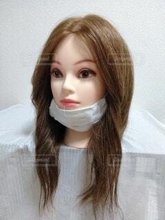 顎マスクの女性、ななめの写真・画像素材[3690953]