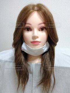 あごにマスクの女性、正面の写真・画像素材[3690955]