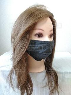 女性のデニムの黒マスク、左向きの写真・画像素材[3726121]