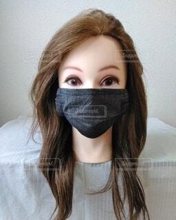 黒いデニムのマスク、女性の写真・画像素材[3726126]
