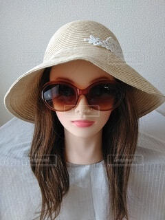 帽子とサングラスをかけている女性のクローズアップの写真・画像素材[3729667]