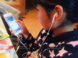 携帯電話を持っている人の写真・画像素材[2950895]