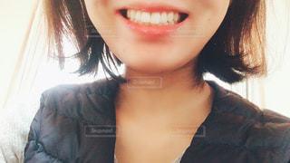 カメラに向かって微笑む女性の写真・画像素材[2960485]