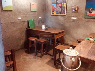家具と暖炉で満たされた部屋の写真・画像素材[2964429]