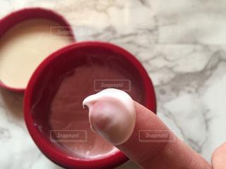 赤いボウルを持つ手の写真・画像素材[2967078]