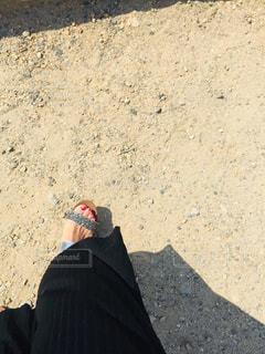砂の中に立っている人の写真・画像素材[2967270]