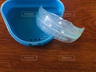 テーブルの上の青いマウスピースの写真・画像素材[2967825]
