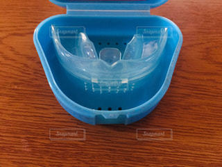 テーブルの上の青い容器の写真・画像素材[2967826]