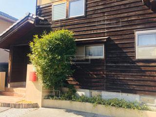 背景に木がある家の写真・画像素材[2967890]
