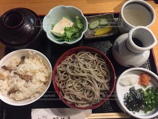 テーブルの上の皿の上に食べ物のボウルの写真・画像素材[2968087]