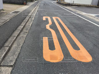 道路の脇に座っている赤い止めの標識の写真・画像素材[2978522]
