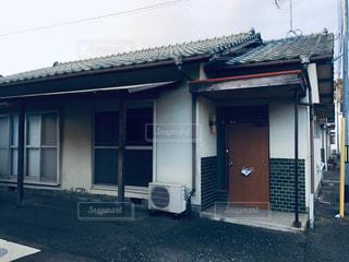 建物の前の通りのクローズアップの写真・画像素材[2981016]