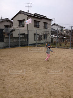 凧揚げしている女の子の写真・画像素材[2994697]