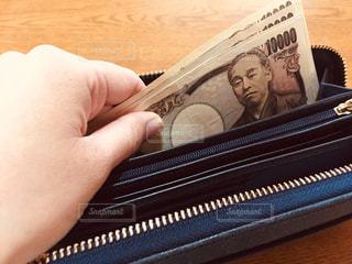 お財布からお金を出す人の写真・画像素材[2998867]