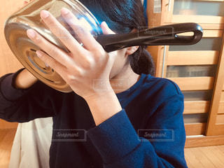 うどんのスープを鍋ごと飲むこどもの写真・画像素材[2999172]