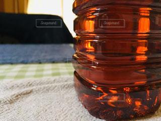 テーブルの上のペットボトルの写真・画像素材[3023657]